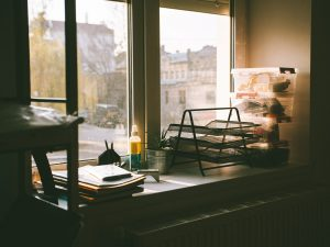 Zonwerende raamfolie – hoe u deze kunt gebruiken om uw huis te beschermen